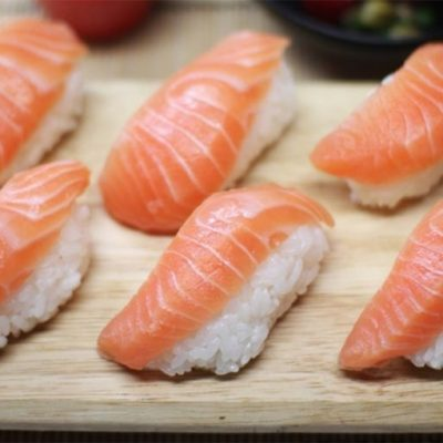 Sushi au saumon cru